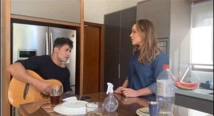 Tania e Tiago cantam juntos em vídeo