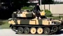 Homem dirige veículo militar, destrói ruas e aterroriza população