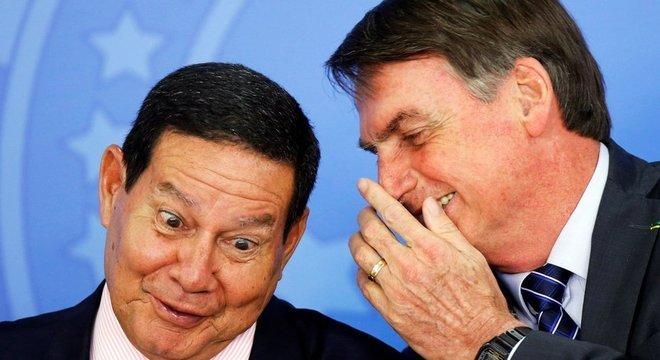 Hamilton Mourão e Jair Bolsonaro durante cerimônia no Planalto; especialistas apontam outras medidas do governo que colocaram transparência em xeque