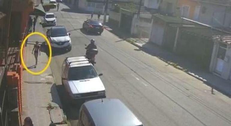 Suspeito está sempre de moto, com capacete azul, e aborda mulheres que estão sozinhas