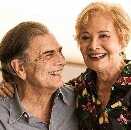 Tarcísio Meira e Glória Menezes são mais dois famosos que receberam a vacina contra a covid-19. O ator de 85 anos foi quem fez o registro dele e da mulher, 86 anos, sendo imunizados em um posto de vacinação drive-thru, no dia 23 de fevereiro.Na legenda da imagem, o veterano da TV agradeceu ao SUS:
