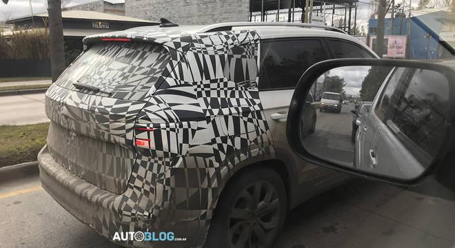 Modelo com traseira ainda bastante camuflada é outro mistério do carro de testes da VW