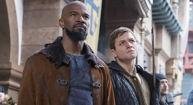 Jamie Foxx e Taron Egerton em cena de Robin Hood: A Origem