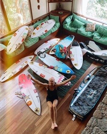 Você acha que Tatiana vive em função do surfe? Essas são as pranchas dela em sua casa no Havaí