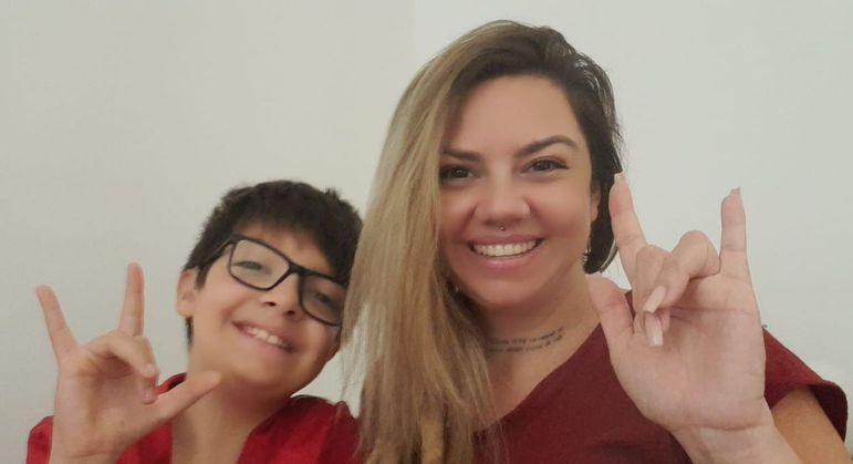 Tatiane Barros com o filho João Pedro de 11 anos de idade que possui surdez bilateral