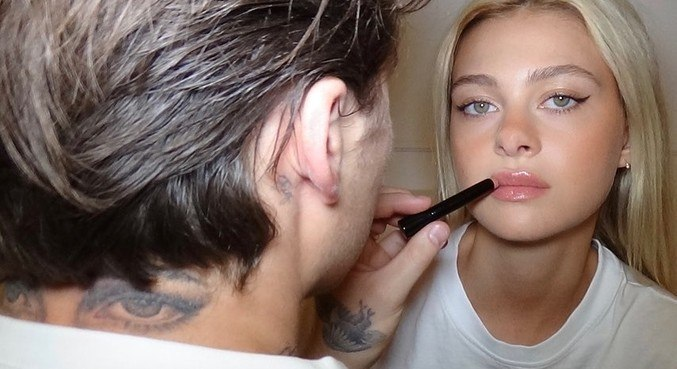 Além de também ter o nome de Nicola Peltz tatuado no pescoço, Brooklyn também marcou o corpo com a imagem dos olhos dela