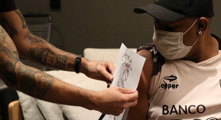 Jean Roger trocou a tatuagem com nome da ex pela figura de um galo