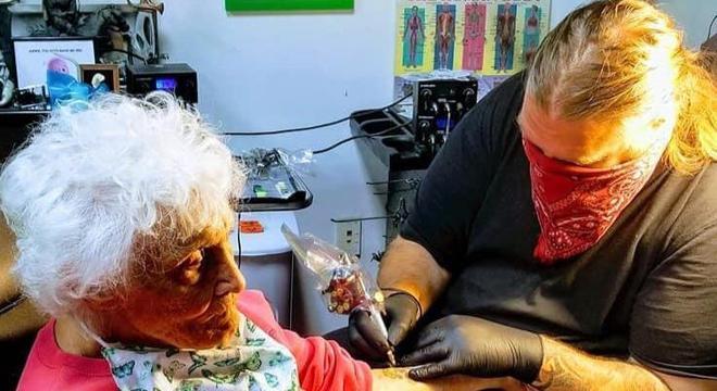 Tatuador fez serviço de graça para idosa