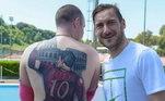 Um dos maiores atacantes da Roma, Totti é amado pela torcida italiana. Camisa 10 teve a equipe como a unica que jogou em sua carreira. Ta explicado o quanto ele é idolatrado na La LupaVeja também:Sol, praia e passeio de barco... Veja férias dos boleiros no verão europeu
