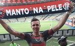 Um dos mais incríveis, Maurício dos Anjos, de Santa Catarina, teve a coragem de tatuar a camisa do Flamengo. Em suas redes sociais, ele mostra sua tatuagem com a frase 'Manto na Pele'