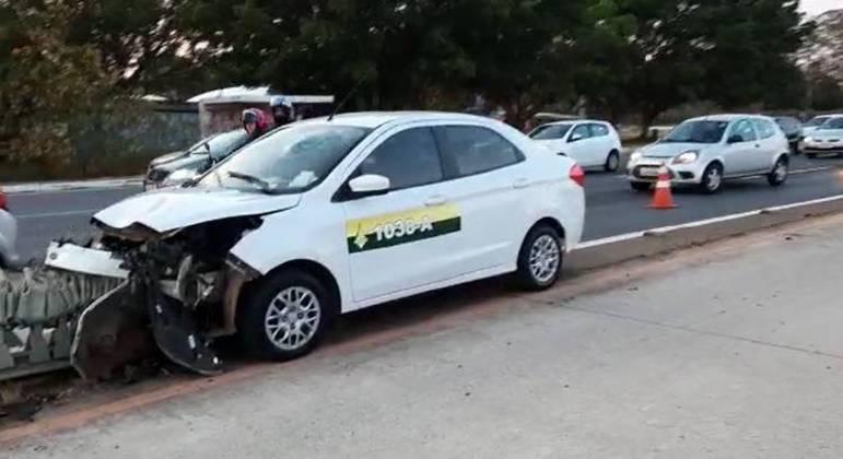 Táxi acertou grade de proteção entre a pista principal e a faixa exclusiva do BRT, na Epia Sul
