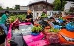 Essa história de crise que ouvimos tanto no Brasil serepetiu com os taxistas de Bangkok. Com o baixo movimento nas ruas da capitaldo país, cooperativas locais começaram a receber de volta os veículosque eram alugados por motoristas para fazerem corridas na cidade