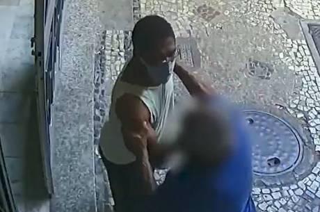 Vídeo mostra taxista empurrando consultor