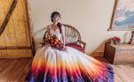Uma mulher da Califórnia, nos Estados Unidos, teve uma ideia um tanto diferente para se casar: em vez de usar o tradicional vestido branco, ela decidiu que vestiria um modelo bem colorido no grande dia
