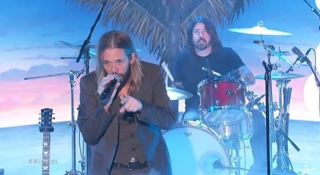 Taylor Hawkins chama Dave Grohl e Perry Farrell para tocar na TV; vídeo