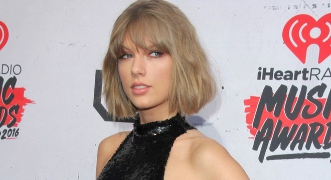 Taylor Swift volta a denunciar empresário e pede ajuda dos fãs; entenda