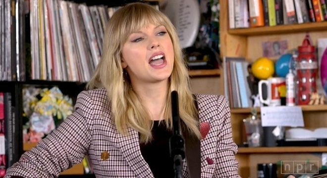 Taylor Swift faz performance intimista e apaixonada no Tiny Desk; assista