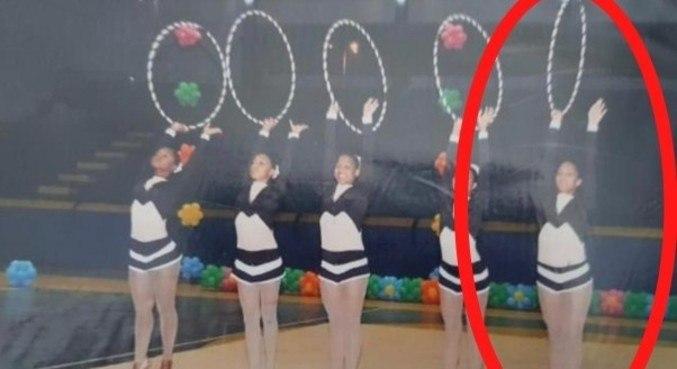 Tays, destaque em vermelho, em uma das apresentações