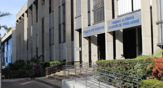 Tribunal condenou ex-servidora a pagar multa e ressarcir cofres públicos