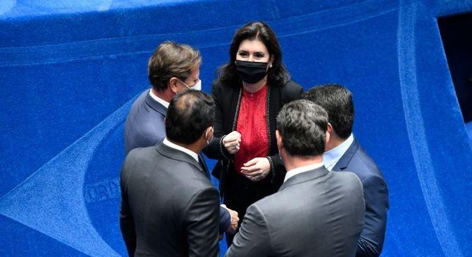 Simone Tebet conversa com colegas no dia das eleições à Presidência do Senado