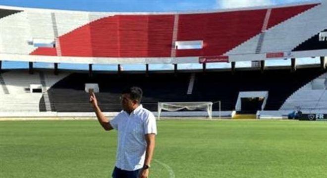 Técnico César Farias veio ao Recife para observar a Arena de Pernambuco e o Arruda, lugar de preparação dos bolivianos para estreia nas Eliminatórias contra o Brasil