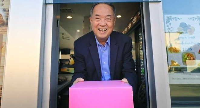 Ted com a icônica caixa de donuts rosa que ele popularizou