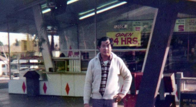Ted fotografado na frente de sua primeira loja de donuts