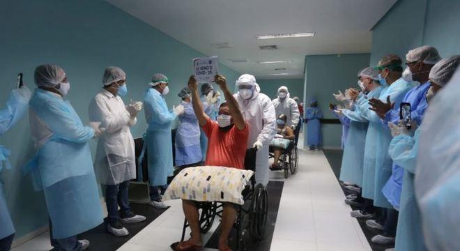 Profissionais de saúde aplaudiram pacientes curados da covid-19 em Manaus