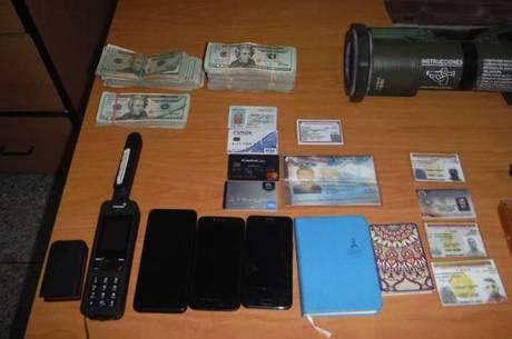 Dólares e telefone satelital foram encontrados