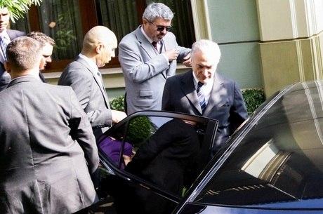 O ex-presidente deixa sua casa para se entregar à PF