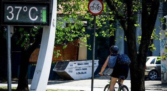 Região de Pinheiros com relógios registrando temperatura de 37°C