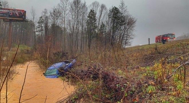 Motorista saiu da estrada e parou em rio durante tempestade na Carolina do Sul