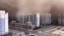 Tempestade de areia de 100 metros de altura atinge cidade na China