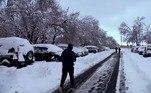 O aviso estendeu-se à área metropolitana de Denver,onde cerca de 30 centímetros de neve caíram ao meio-dia (horário local) dedomingo (14)
