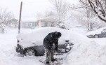 Uma forte tempestade de inverno que atingiu os estados norte-americanos Colorado, Texas e Wyoming no domingo (14) forçou o fechamento do aeroporto de Denver e de grandesrodovias da região, deixando motoristas presos *Estagiária do R7 sob supervisão de Pablo Marques