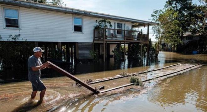 Quintal inundado de um morador de Delcambre, em Louisiana, após a tempestade