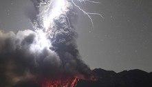 Espetacular! Tempestade elétrica é registrada sobre vulcão em erupção