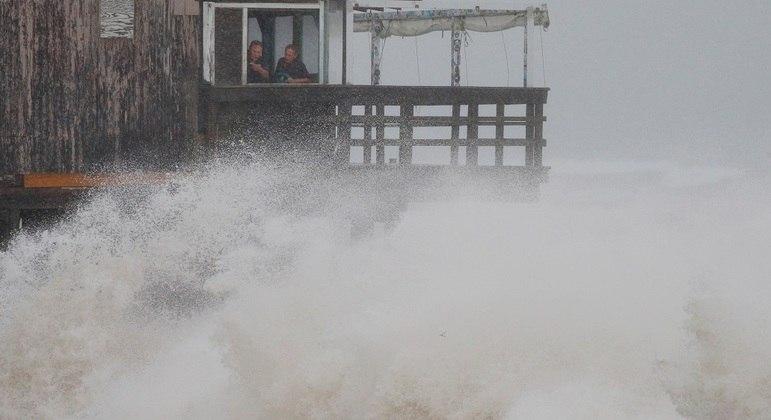 Mar revolto em South Kingstown, Rhode Island, neste domingo