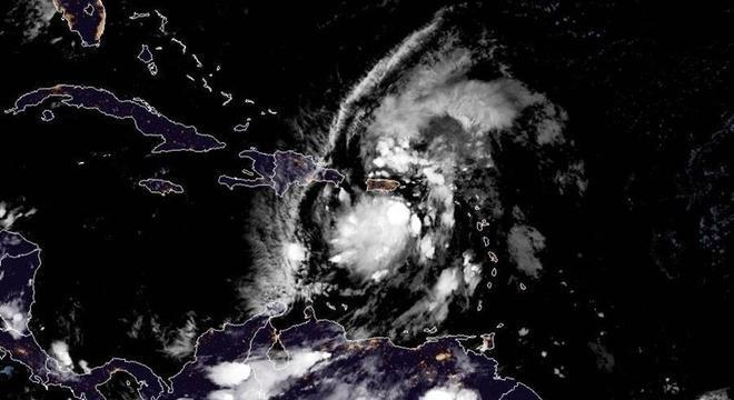 Foto de satélite mostra a chegada da tempestade tropical Isaías em Porto Rico