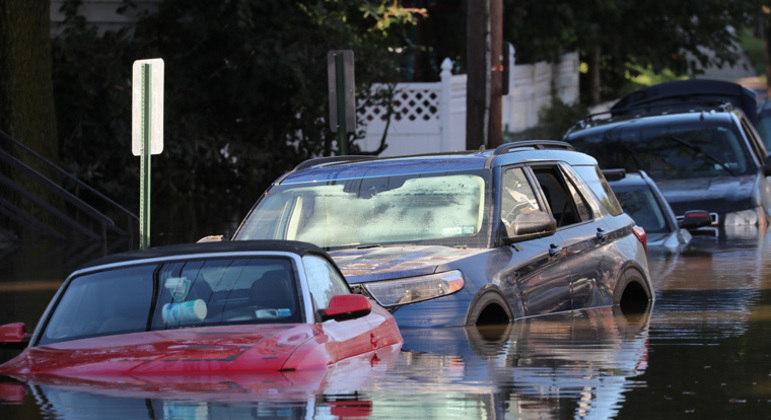 Tempestade deixou carros quase que submersos pelas ruas de Nova York