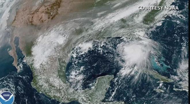 Tempestade se move com ventos de aproximadamente 100 km/h
