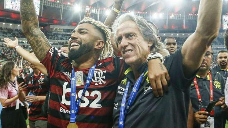 Temporada Mágica - O Flamengo de 2019 igualou a façanha que só o Santos de Pelé, em 1962 e 1963, havia conseguido: vencer Brasileiro e Libertadores no mesmo ano. Foram quatro títulos conquistados, sendo um amistoso – Flórida Cup – e uma tríplice coroa: Campeonato Carioca, Brasileiro e Libertadores