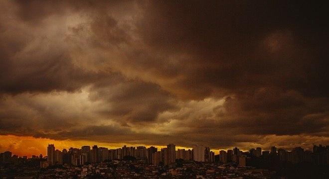 Nuvens carregadas sobre os bairros da Saúde e Jabaquara na terça-feira (15)