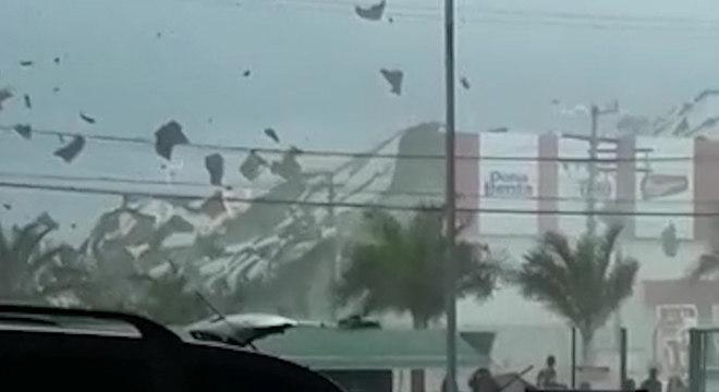 Em Eunápolis (BA), o vento arrancou o telhado de um supermercado