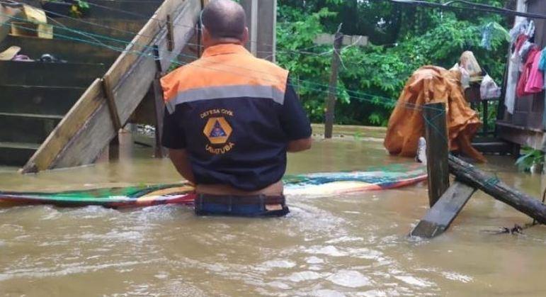 Ubatuba, no litoral de SP, tem mais de 100 desalojados após fortes chuvas