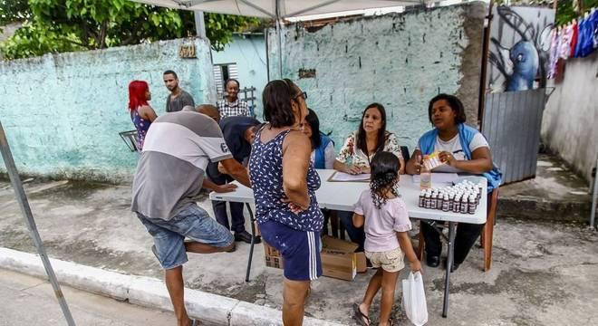 Tendas oferecem itens de higiene a moradores e fazem cadastro para doações