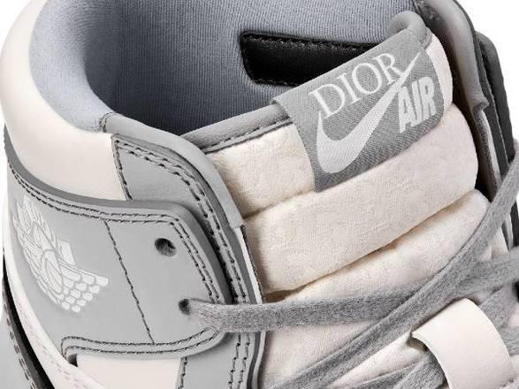 Os preços são para poucos. O Jordan 1 Dior deve custar em torno de US$ 2 mil (R$ 11 mil), mas pode chegar a US$ 30 mil, aproximadamente R$ 160 mil