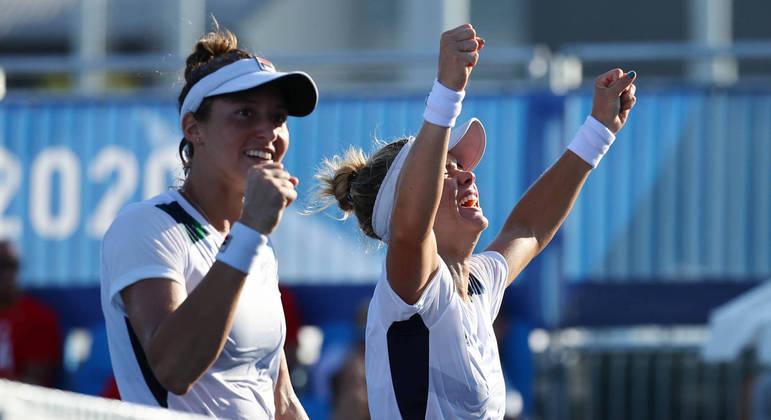 Laura Pigossi  Luisa Stefani comemoram vitória sobre as norte-americanas Bethanie Mattek-Sands e Jessica Pegula