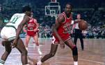 Não é de hoje que acessórios e uniformes podem sair das quadras direto para as ruas, seja por causa do conforto, seja pelo estilo. É o caso de vários modelos de tênis que, inicialmente, eram usados apenas por atletas e acabaram ganhando os pés de muitos fashionistas. Impossível falar de tênis sem citar em primeiro lugar o Nike Air Jordan. Em 1984, a Nike escolheu o então novato Michael Jordan como garoto propaganda. O sucesso foi imediato e, pouco tempo depois, a NBA proibiu o astro de usá-lo nos jogos por quebrar a padronização de cores imposta no regulamento (os calçados deveriam ser brancos). No entanto, a Nike optou por pagar as multas, e essa se provaria uma incrível estratégia de propaganda, pois a parceria é a de maior sucesso já vista no ramo. Só em 2019, Jordangerou uma receita de mais de US$ 3 bilhões (cerca de R$ 18 bilhões) para a Nike