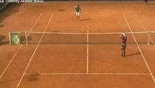 Tenista se irrita após derrota e quebra painel com raquetada